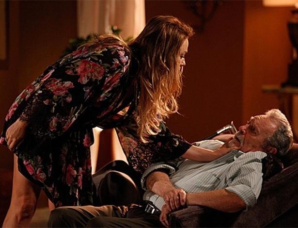Shirley acorda o pai e descobre que ele andou bebendo