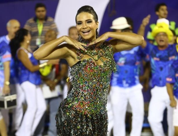 16.fev.2014 - No ensaio no sambódromo do Rio, Shayene Cesário usou um vestido preto com bordado colorido