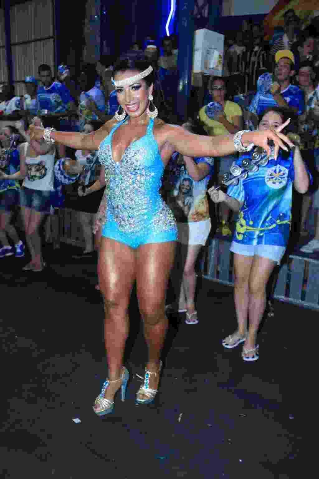 23.fev.2014 - Cinthia Souza usa body azul com pedras no último ensaio da Águia de Ouro - Agnews