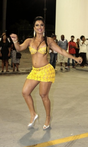24.fev.2014 - Dani Sperle foi ao primeiro ensaio técnico no sambódromo de São Paulo com conjunto de renda amarelo