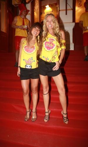25.fev.2014 - Adriane Galisteu e Daniele Suzuki prestigiam o Camarote Skol Marco Zero, em Recife. O evento inicia as festividades na capital pernambucana