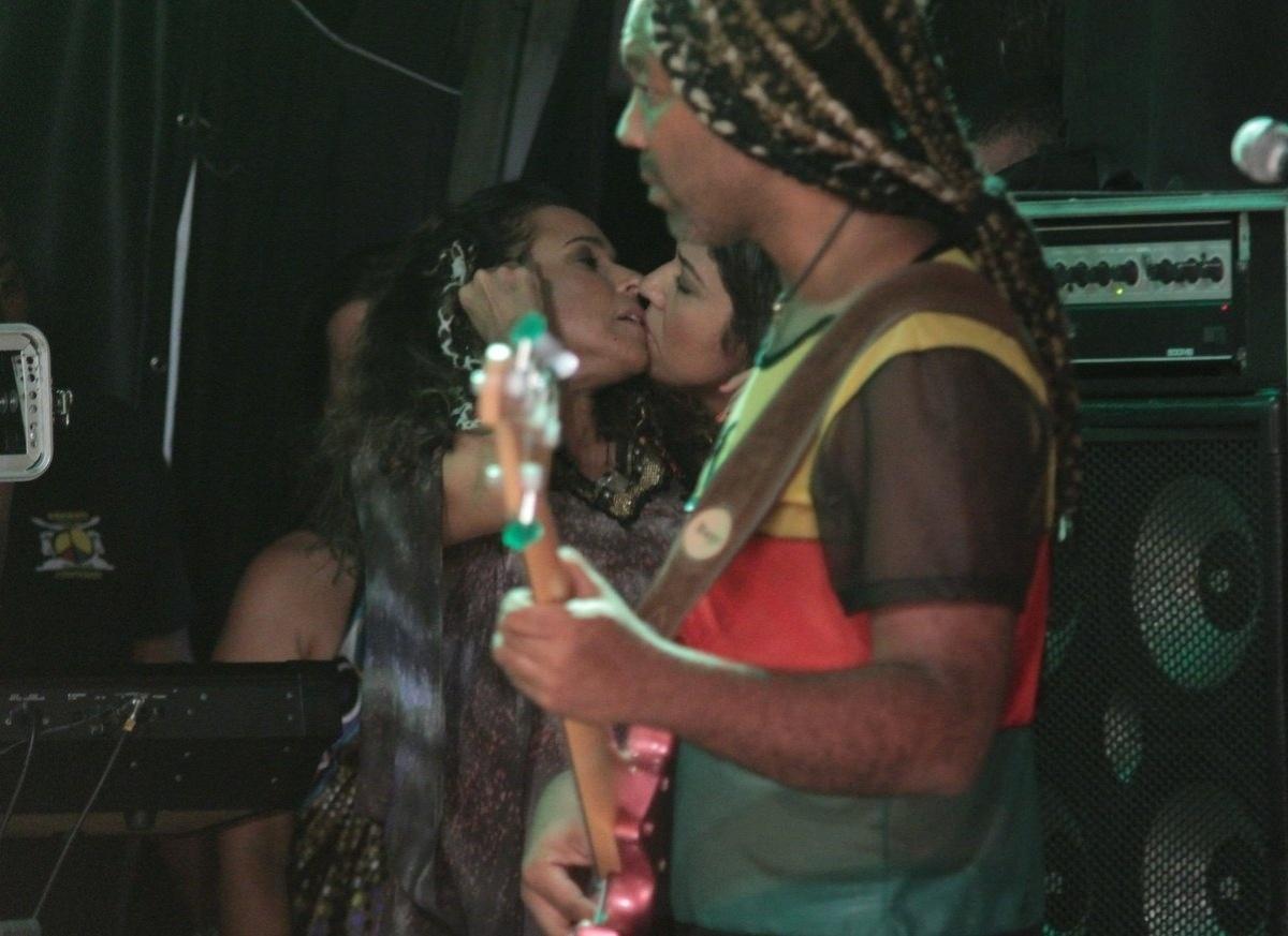 25.fev.2014 - Daniela Mercury beija sua mulher Malu Verçosa no último ensaio do Olodum antes do Carnaval em Salvador