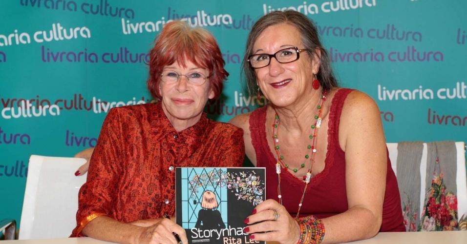"""26.fev.2013 - Rita Lee e Laerte fizeram sessão de autógrafos do livro """"Storynhas"""", em São Paulo. No livro, Laerte ilustrou tuítes feitos pela cantora"""