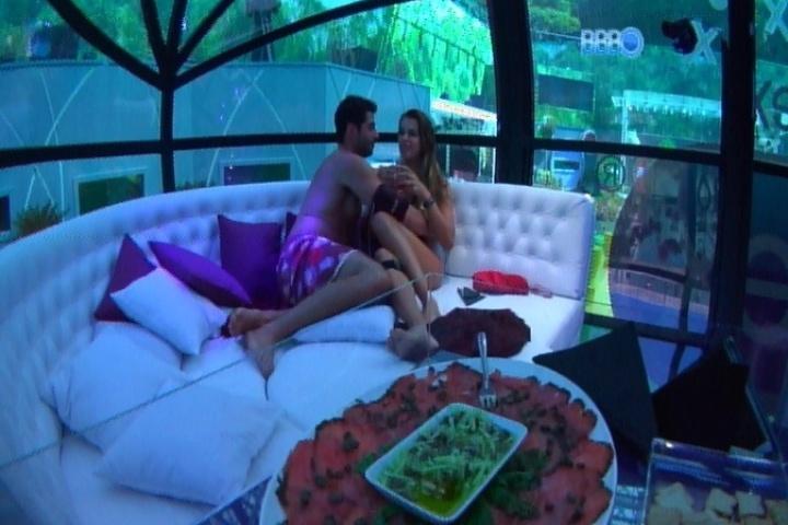 26.fev.2014 - Angela e Marcelo se beijam na cápsula