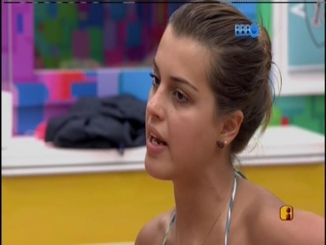 26.fev.2014 - Angela explica o motivo de ter levado Marcelo para 'cápsula do prazer'