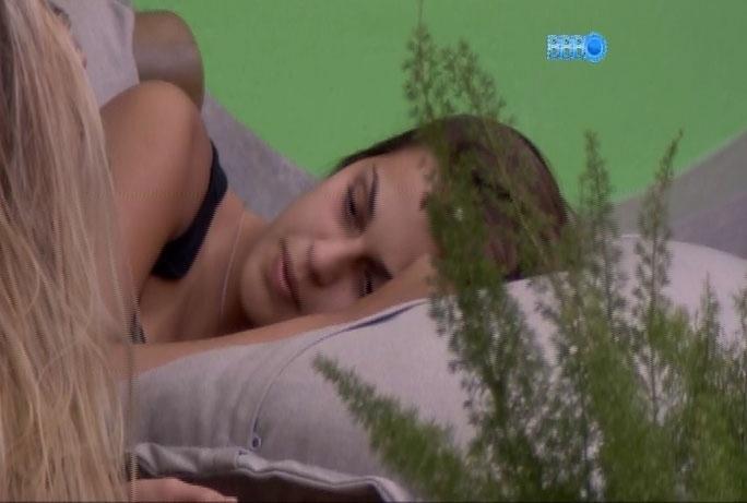 26.fev.2014 - Ao lado de Tatiele, Angela diz que Aline teme formação de casal no
