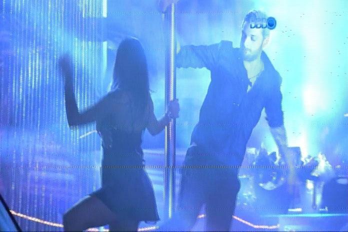 26.fev.2014 - Ao som de música eletrônica, brothers participam da Festa Vegas; Cássio se junta a Franciele no pole dance