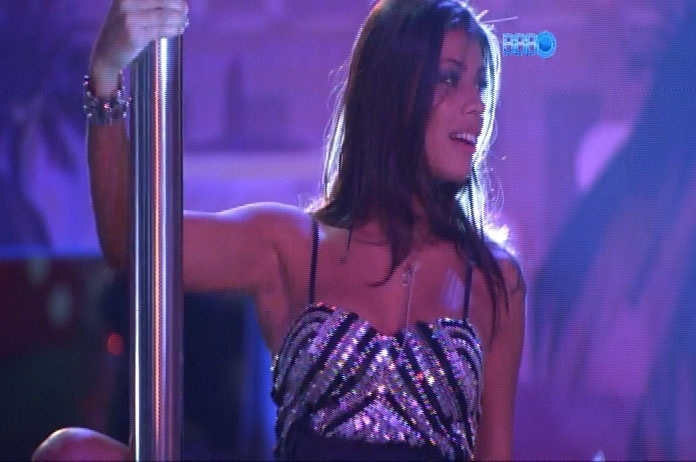 26.fev.2014 - Ao som de música eletrônica, brothers participam da Festa Vegas; na foto, Franciele sensualiza-se no pole dance