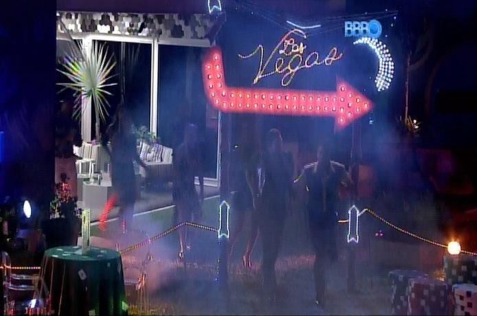 26.fev.2014 - Ao som de música eletrônica, brothers são chamados pela produção para participarem da Festa Vegas
