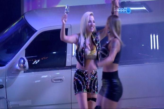 26.fev.2014 - Ao som de música eletrônica, brothers participam da Festa Vegas; na imagem, Clara dança com Vanessa na pista