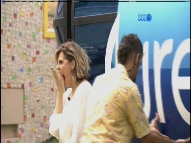 26.fev.2014 - Bárbara Paz comemora a entrada do casal