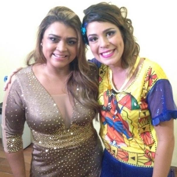 """26.fev.2014 - Bella curte folia de carnaval em Recife e aproveita para tietar a cantora Preta Gil. """"Essa mulher é foda! @pretagil"""", declarou a bailarina em sua página do Instagram"""
