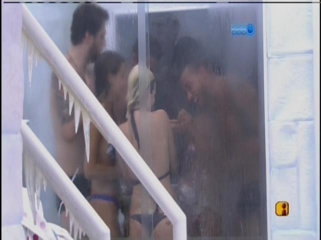 26.fev.2014 - Brothers tomam banho coletivo depois da visita de Bárbara Paz