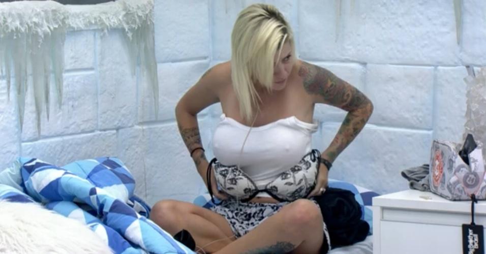 26.fev.2014 - Clara se descuida e mostra o seio direito enquanto coloca o sutiã no quarto Sibéria. Sem perceber, a sister cometeu o descuido quando tentava colocar a peça de roupa íntima por debaixo da blusa