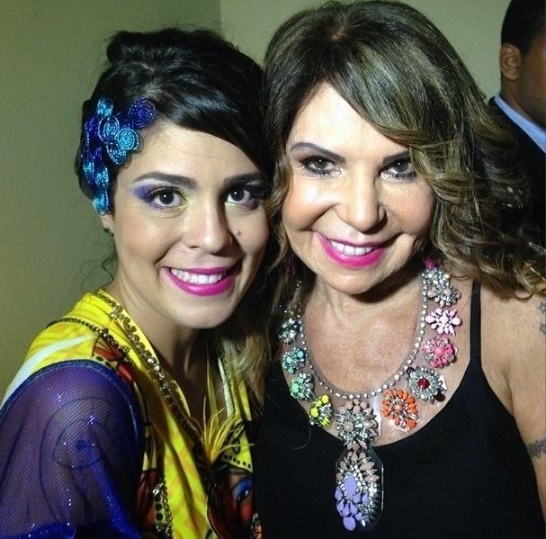 """26.fev.2014 - Durante folia carnavalesca em Recife, Bella tieta a cantora Elba Ramalho. """"Essa mulher é um orgulho!"""", escreveu a ex-BBB em sua página do Instagram"""