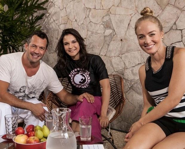 26.fev.2014 - Malvino Salvador e Kyra Gracie posam com Angélica em gravação do