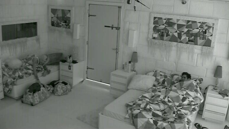 26.fev.2014 - Reclamando de calor no quarto Sibéria, Clara dorme sem calcinha e incentiva Valter a fazer o mesmo