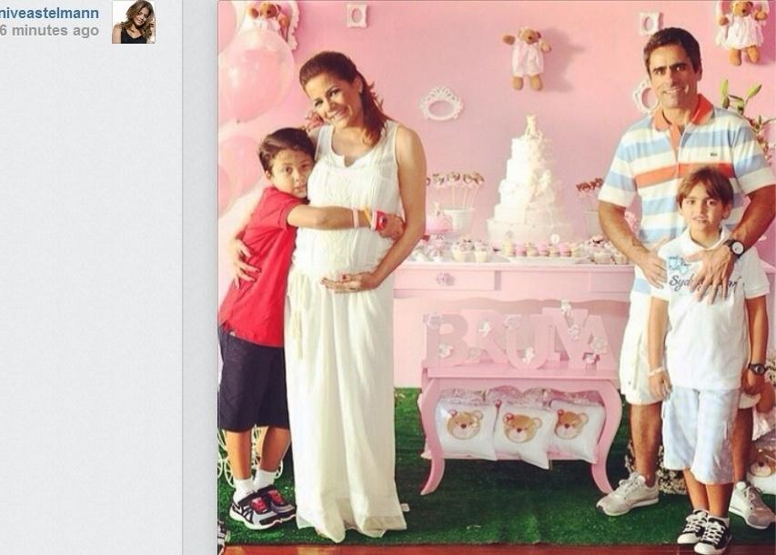 26.fev.2014- Nívea Stelmann publica foto do chá de bebê da filha Bruna ao lado do filho Miguel, do marido Marcus Rocha e do enteado Joaquim. A primeira menina da atriz tem previsão para nascer até o dia 24 de março
