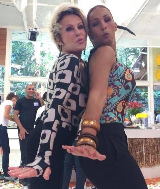 "Ao lado de Valesca Popozuda, Ana Maria Braga se rende a pose de ""Beijinho no Ombro"""