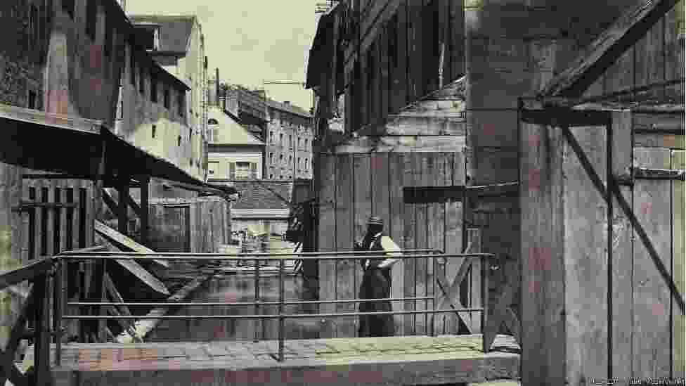 """Foto que faz parte da exposição """"Charles Marville: Fotógrafo de Paris"""". Marville foi contratado como fotógrafo oficial para registrar a reforma radical pela qual a cidade passou no século XIX - The Metropolitan Museum of Art, New York"""