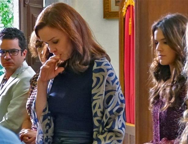Helena fica sem graça quando percebe que todos estão falando dela ao chegar no funeral de Itamar