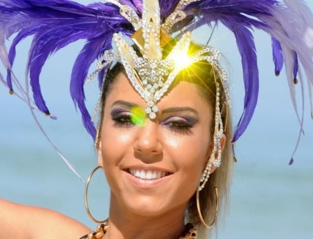 24.fev.2014 - Renata Frisson, a Mulher Melão, faz ensaio de Carnaval em praia do Rio; ela vai desfilar pela Grande Rio