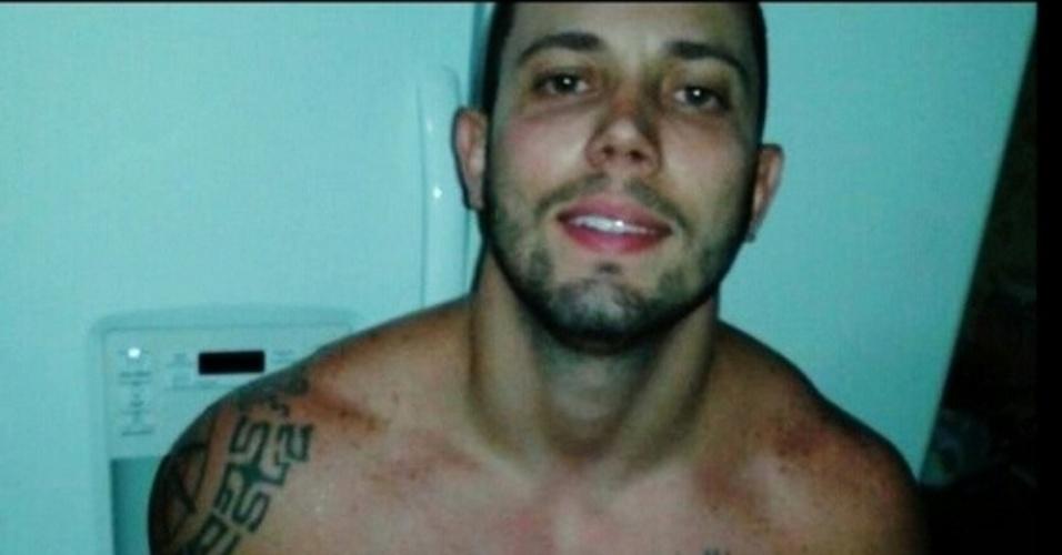 """26.fev.2014 - João Almeida posta foto sem camisa nas redes sociais e escreve: """"Pego de surpresa rs Boa noite #instafitnessbrasil #fitness #abdomen #malhacao #bbb #bbb14 #bigbrother14 #bigbrotherbrasil #bigbrotherlove #joaobbb14 #VoltaJoao #voltajoaobbb14 #cyborg #treino"""""""