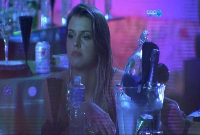 """26.fev.2014 - Sentada ao lado de Marcelo, Angela diz que gostaria de se acertar logo com Aline e """"encher a cara"""""""