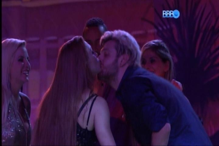 """27.fev.2014 - Aline beija Cássio na boca em """"roda de selinhos"""" durante Festa Vegas"""