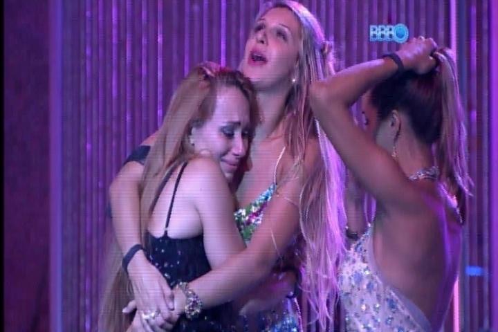 27.fev.2014 - Aline chora decepcionada com sua vida amorosa nos braços de Tatiele