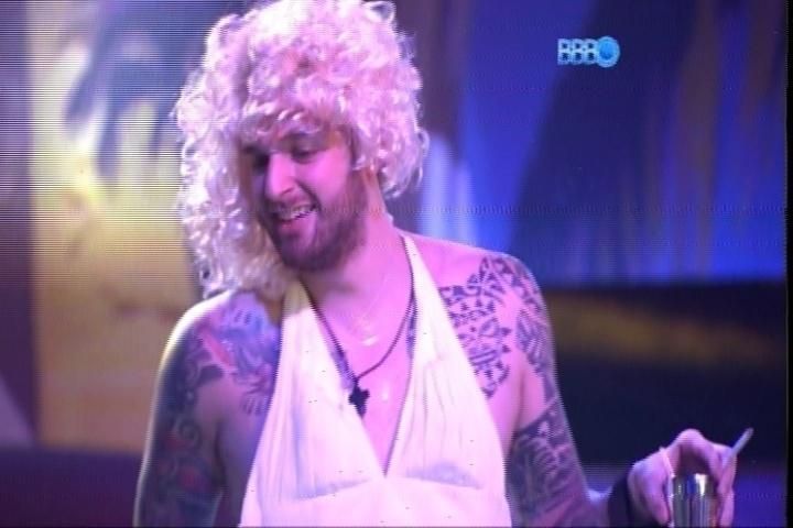 27.fev.2014 - Cássio aparece vestido de Marilyn Monroe e surpreende os brothers durante Festa Vegas