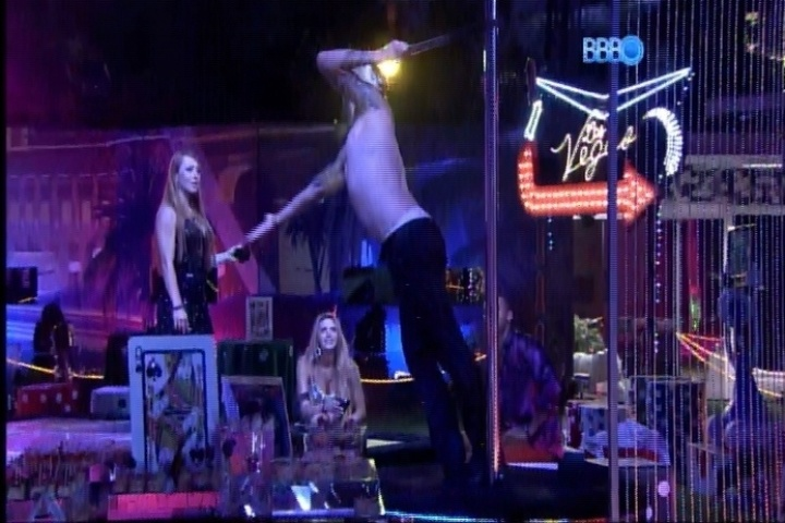 27.fev.2014 - Depois de Marilyn Monroe, Cássio faz strip tease em performance em barra de pole dance