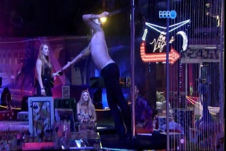 27.fev.2014 - Depois de se vestir de Marilyn Monroe, Cássio faz strip tease em barra de pole dance
