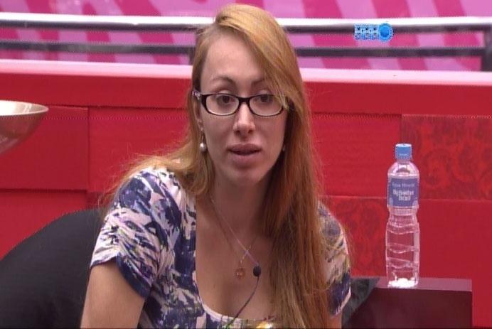 27.fev.2014 - Em conversa com Clara, Aline diz que ficará de olho aberto com Angela