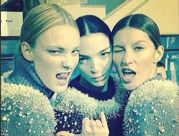27.fev.2014 - Gisele Bündchen faz careta em foto com as tops Carol Trentini e Mariacarla Boscono nos bastidores do desfile da Balenciaga, em Paris - Reprodução/Instagram