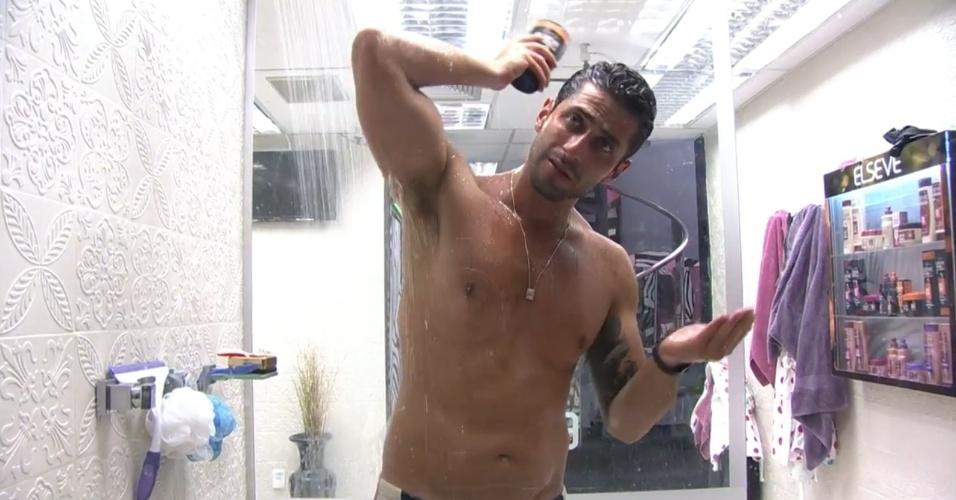 27.fev.2014 - Marcelo toma banho, antes de descansar