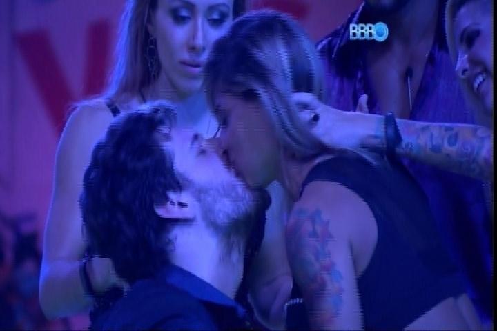 27.fev.2014 - Mesmo mostrando resistência, Vanessa dá selinho em Cássio, seu antigo rival dentro da casa