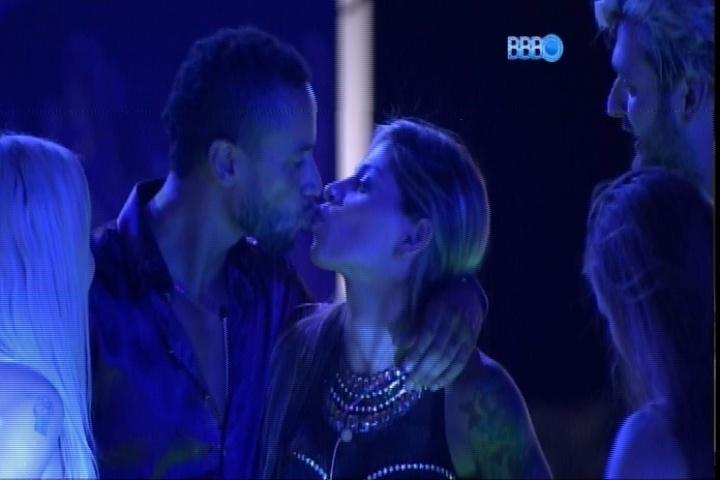 """27.fev.2014 - Valter dá beijinho também em Vanessa durante """"roda de selinhos"""" na Festa Vegas"""