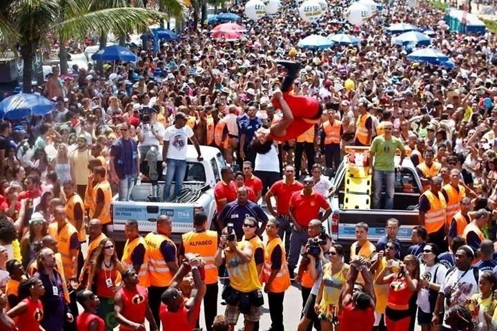 Fev. 2013 - Bloco AfroReggae durante desfile na orla da praia de Ipanema, no Rio