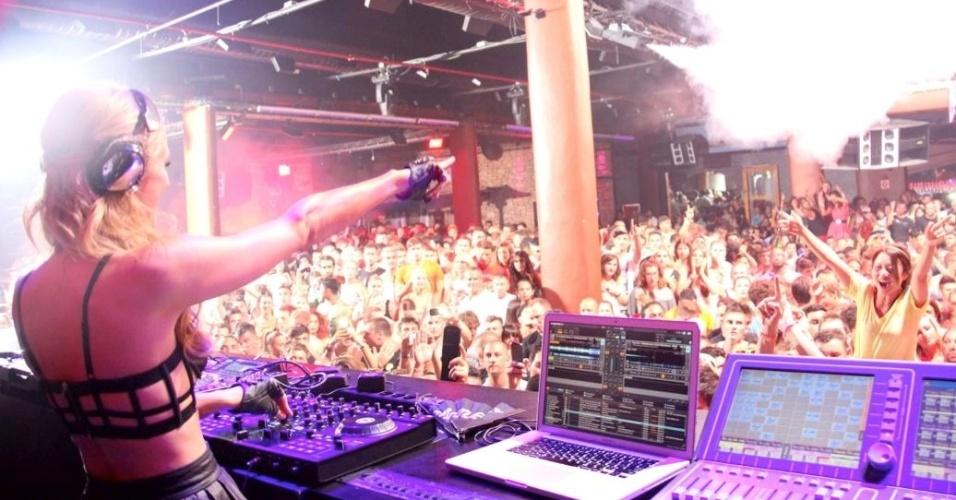 Paris Hilton acredita que é obrigação do DJ fazer o público se divertir