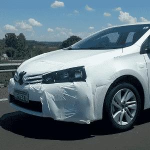 Um dos quatro Toyota Corolla flagrados na rodovia Castello Branco (SP), perto do km 130; lançamento é no dia 12 de março - Sandro Lugão/UOL
