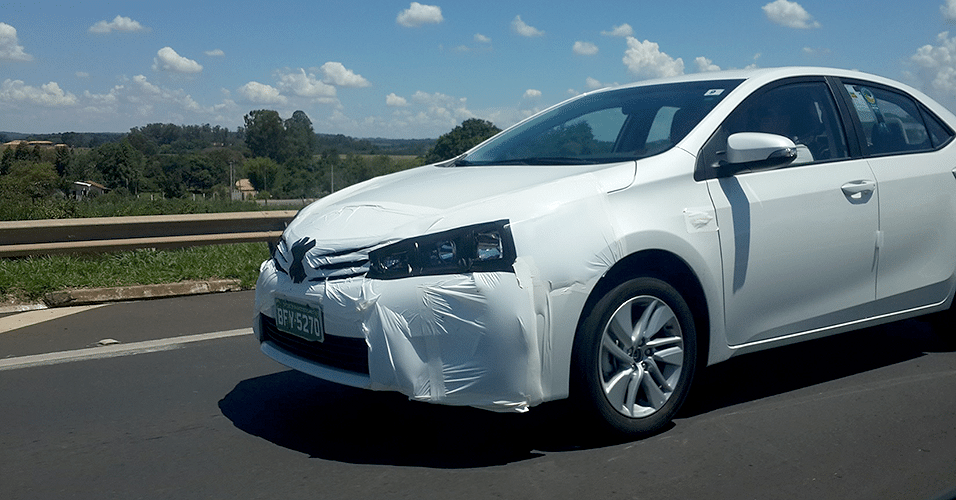 Um dos quatro Toyota Corolla flagrados na rodovia Castello Branco (SP), perto do km 130; lançamento é no dia 12 de março