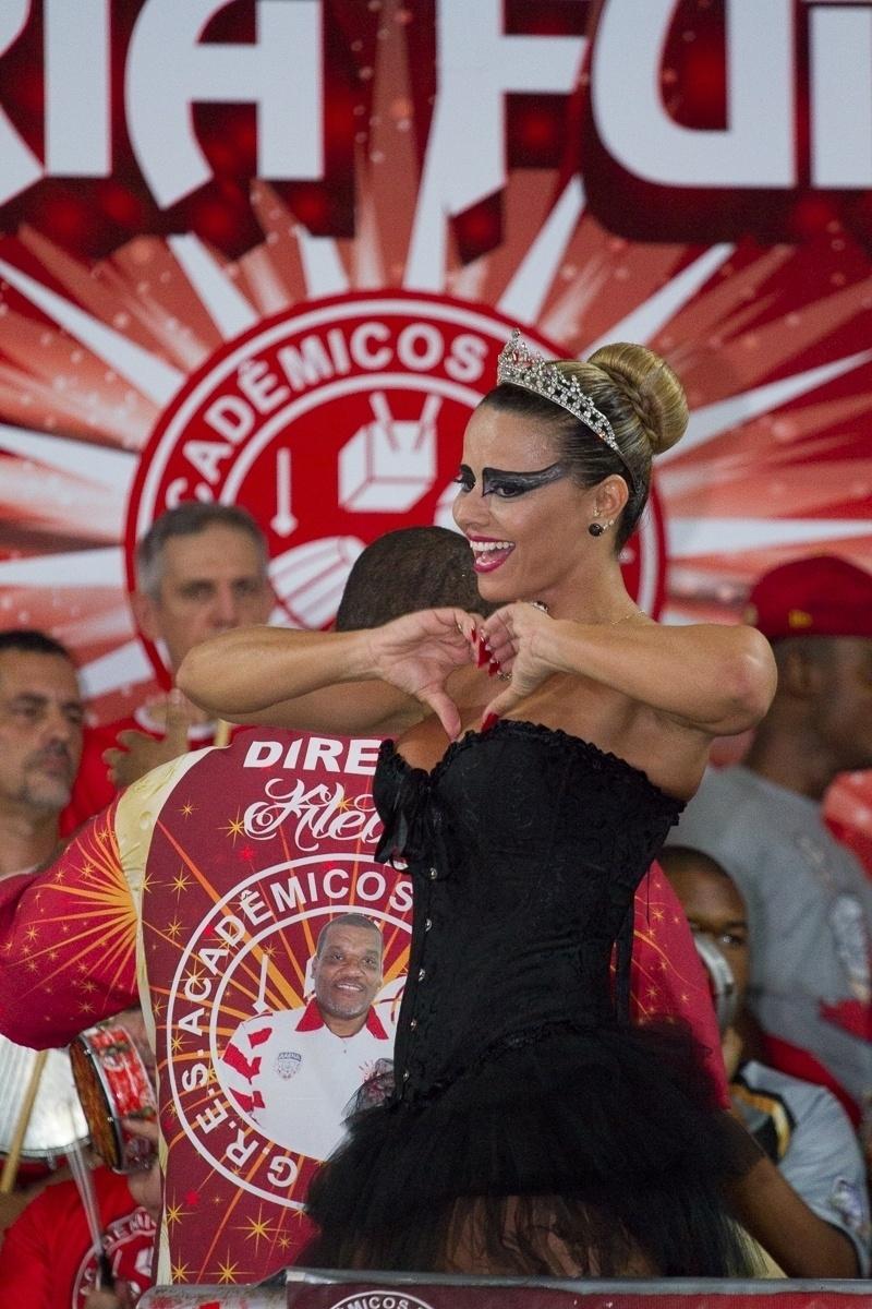 27.fev.2014 - Fantasiada de cisne negro, Viviane Araújo faz coração com as mãos no baile à fantasia do Salgueiro na quadra da escola, da qual é rainha de bateria