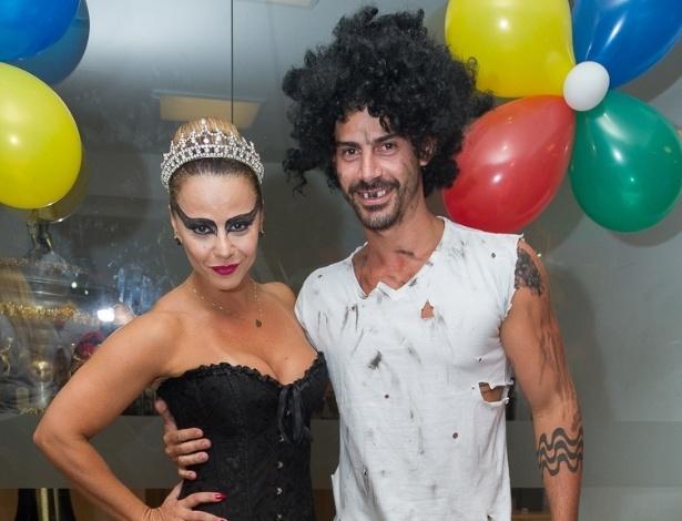 27.fev.2014 - Viviane Araújo posa com o noivo Radamés, fantasiado de mendigo, no baile à fantasia do Salgueiro