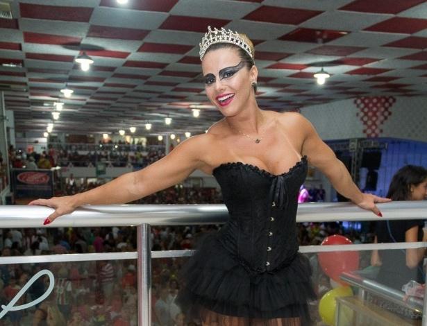 27.fev.2014 - Viviane Araújo se fantasia de cisne negro no baile à fantasia do Salgueiro