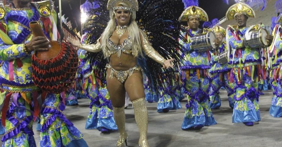 28.fev.2014 - A rainha da bateria Mulher Filé chega para o desfile da escola de samba Em Cima da Hora, do Grupo de Acesso, na Marquês de Sapucaí, no Rio