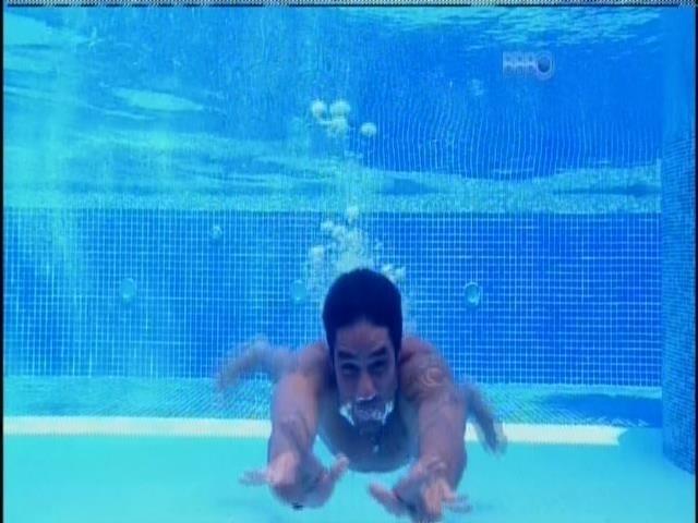 28.fev.2014 - Diego dá um mergulho na piscina