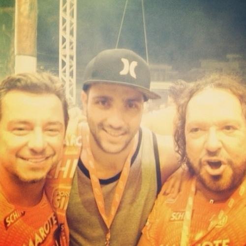 """28.fev.2014 - Junior curte o primeiro dia de folia baiana e encontra o diretor da Globo Wolf Maya. """"Grande Wolf, gente finíssima!!!! Primeiro dia de carnal Salvador.. Animaaaaaaal!!!!!!"""""""