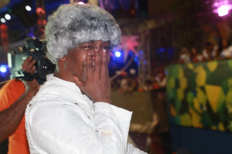 """28.fev.2014 - Marcio Victor, da banda Psirico, chora no trio enquanto a multidão canta sua musica """"Lepo Lepo"""" e agradece ao público, Trio Independente Psirico, no circuito Dodô (Barra/Ondina), em Salvador."""