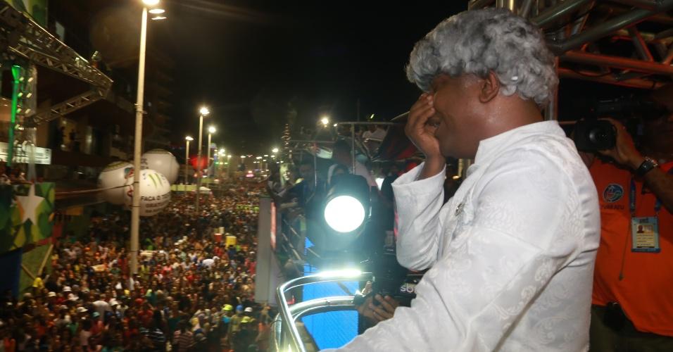 """28.fev.2014 - Marcio Victor, da banda Psirico, chora no trio enquanto a multidão canta sua música """"Lepo Lepo"""", no circuito Dodô (Barra/Ondina), em Salvador."""